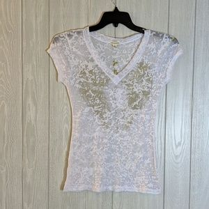 EUC Zenana Outfitters v neck tee with wings sz L